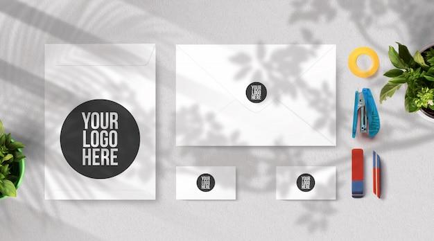 Umschlag- und visitenkarten-modellfenster und baumschatten Premium PSD