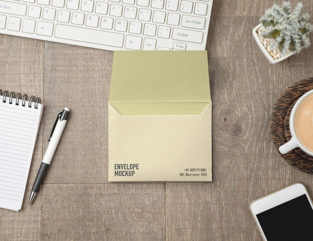 Umschlagmodell auf schreibtisch Premium PSD