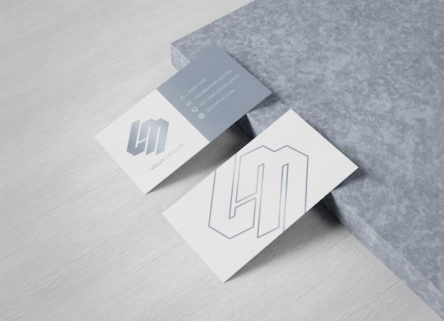 Visitenkarte auf holz- und betonoberfläche modell Premium PSD