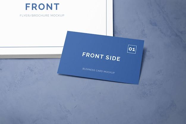 Visitenkarte, die auf einen stapel papier legt Premium PSD