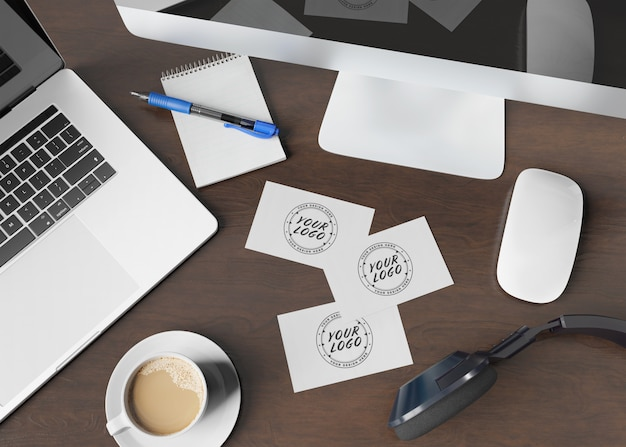 Visitenkarten auf hölzernem schreibtischmodell Premium PSD