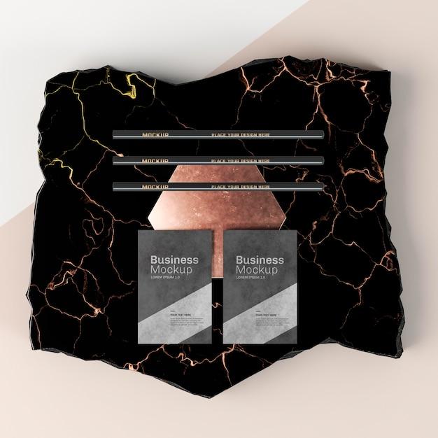 Visitenkartenmodell auf marmor flach lag Premium PSD