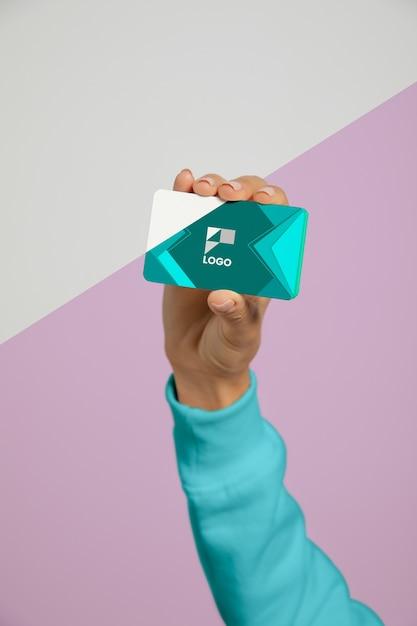Vorderansicht der hand, die visitenkarte hält Premium PSD