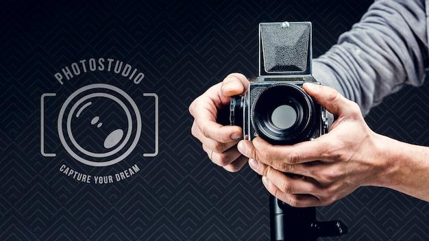 Vorderansicht des fotografen, der kamera einstellt Premium PSD