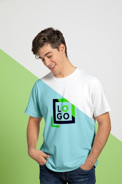 Vorderansicht des mannes, der beim tragen des t-shirts aufwirft Kostenlosen PSD