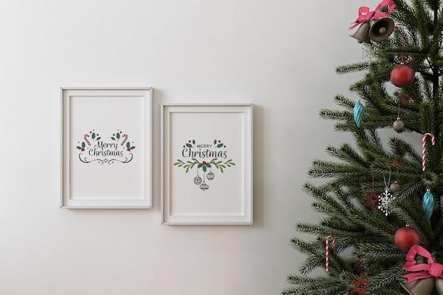 Vorderansicht des modellplakatrahmens und des weihnachtsbaumes Premium PSD
