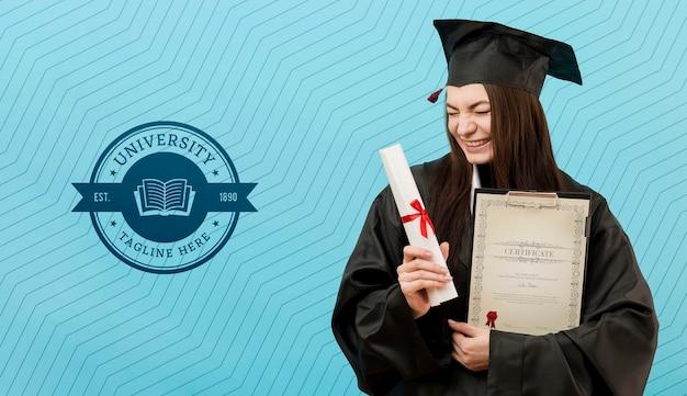 Vorderansicht junger student, der diplom hält Kostenlosen PSD