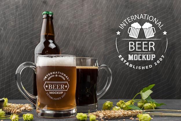 Vorderansicht von bier pints und flasche mit gerste Kostenlosen PSD