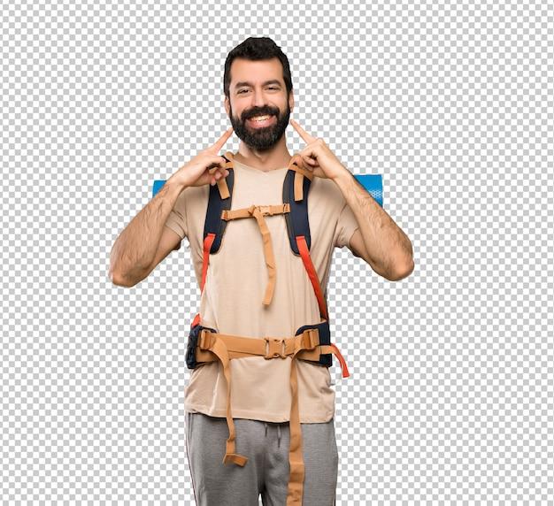 Wanderermann, der mit einem glücklichen und angenehmen ausdruck lächelt Premium PSD