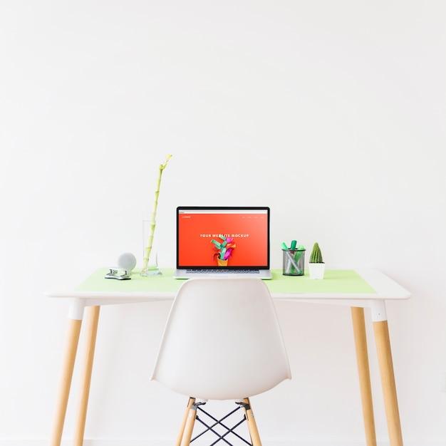Websitemodell mit laptop auf schreibtisch Kostenlosen PSD