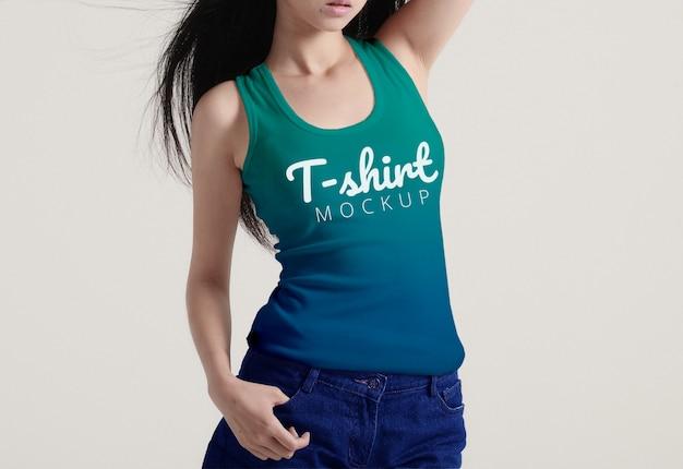Weibliches t-shirt-modell Premium PSD