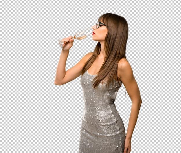 Weihnachtsfeiertage. frau, die ein paillettenbesetztes kleid mit dem champagner feiert neues jahr 20 trägt Premium PSD