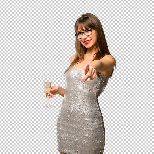 Weihnachtsfeiertage. frau, die ein paillettenbesetztes kleid mit dem champagner feiert neues jahr trägt Premium PSD