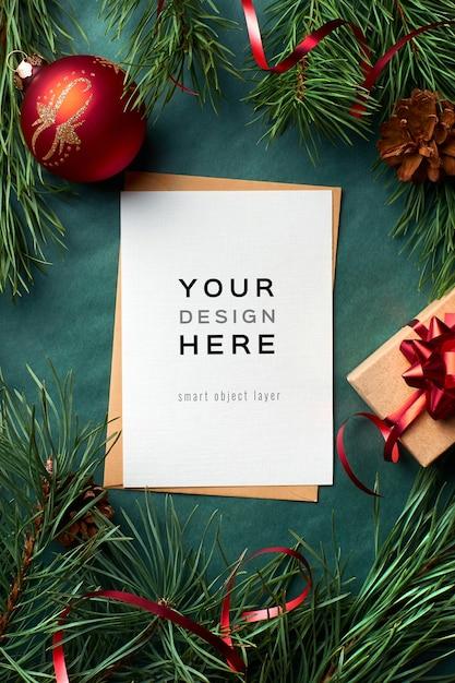Weihnachtsgrußkartenmodell mit kiefernzweigen und festlichen dekorationen Premium PSD