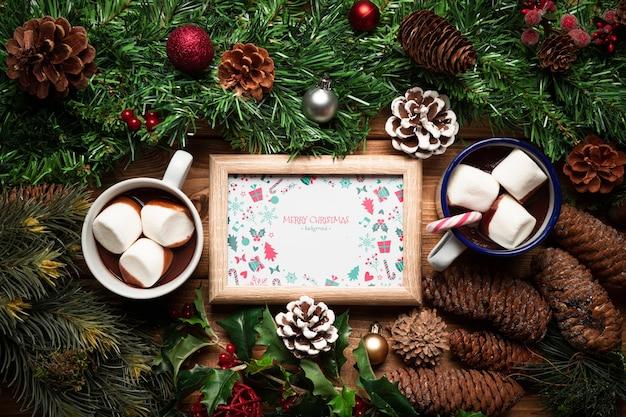 Weihnachtskieferndekor und heiße pralinen mit rahmenmodell Kostenlosen PSD