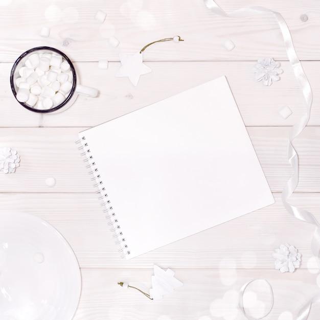 Weihnachtszusammensetzung mit notizblockmodell mit weißen dekorationen Premium PSD