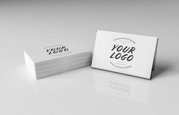 Weißer visitenkartestapel auf weißem oberflächenmodell Premium PSD