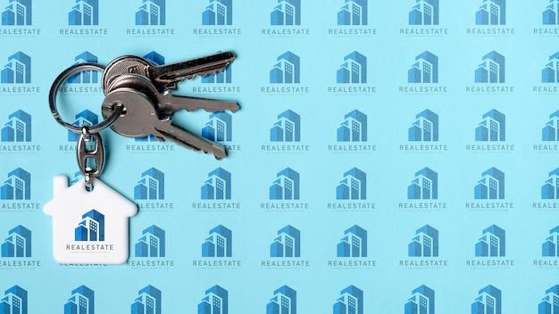 Wohnungsschlüssel auf blauem immobilienhintergrund Premium PSD