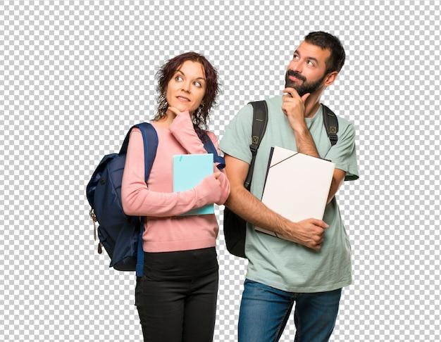 Zwei studenten mit rucksäcken und büchern, die eine idee denken Premium PSD