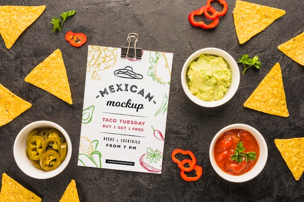 Zwischenablage modell neben tortilla chips und zutaten Kostenlosen PSD