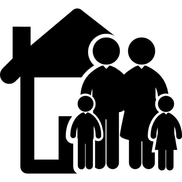Familia de cuatro personas en el frente de su casa for Hotel para cuatro personas