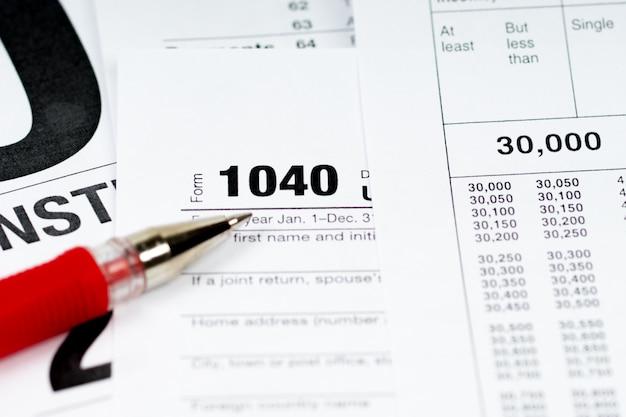 00 Formulaire Fiscal Avec Tables D'impôt Et Stylo Rouge Photo Premium