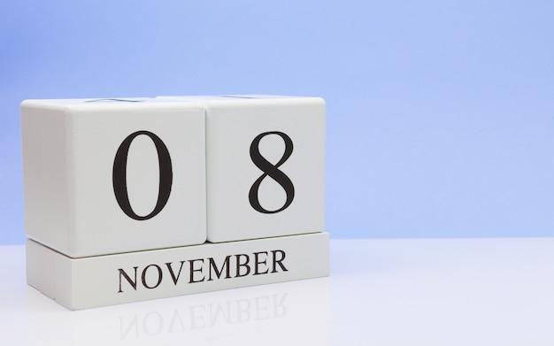 08 novembre. jour 8 du mois, calendrier quotidien sur tableau blanc avec reflet Photo Premium