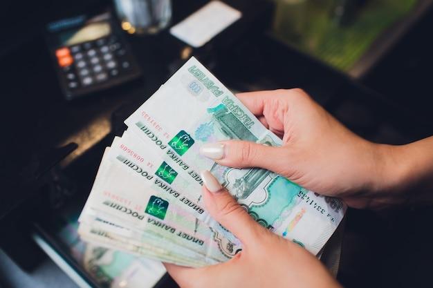 1000 Roubles Russes En Espèces. Remboursement à Crédit. Calculatrice Photo Premium