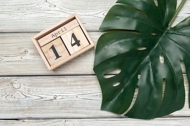 14 Avril. Jour 14 Du Mois D'avril, Calendrier Sur Table Avec Bleu. Temps De Printemps Photo Premium