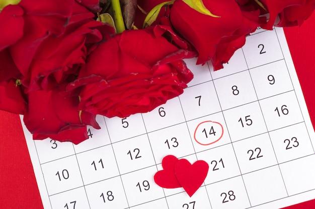 14 février sur le calendrier et les décorations pour la saint valentin. Photo Premium