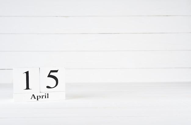 15 avril, jour 15 du mois, anniversaire, anniversaire, calendrier de bloc en bois sur un fond en bois blanc avec espace de copie pour le texte. Photo Premium
