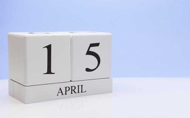 15 avril jour 15 du mois, calendrier quotidien sur tableau blanc avec reflet Photo Premium