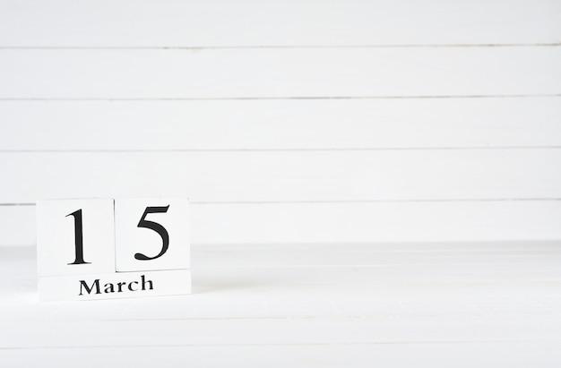 15 mars, jour 15 du mois, anniversaire, anniversaire, calendrier de bloc en bois sur un fond en bois blanc avec espace de copie pour le texte. Photo Premium