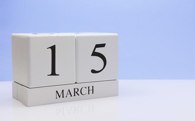 15 mars. jour 15 du mois, calendrier quotidien sur tableau blanc. Photo Premium