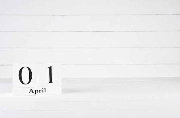 1er avril, jour 1 du mois, anniversaire, anniversaire, calendrier de bloc en bois sur un fond en bois blanc avec espace de copie pour le texte. Photo Premium