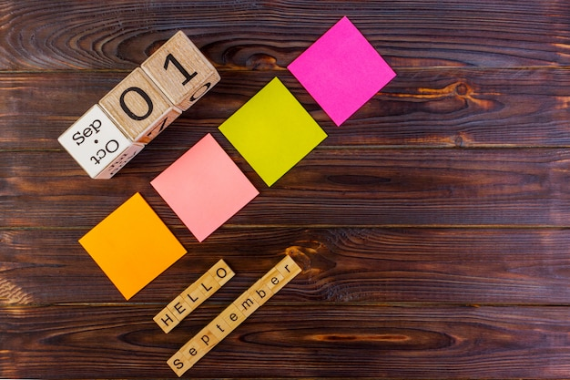 1er septembre. retour au concept d'école. bonjour mot de septembre. autocollants en papier multicolore avec espace de copie Photo Premium