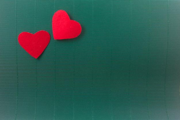 2 coeurs avec fond vert, concept de la saint-valentin Photo Premium