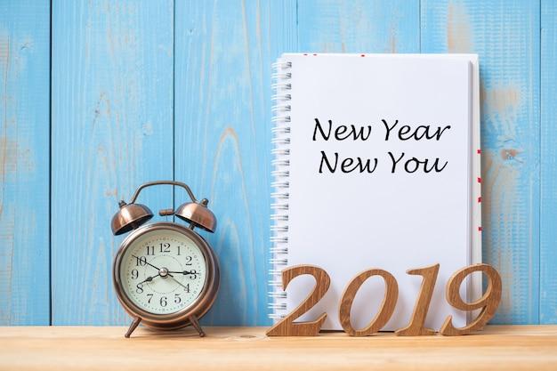 2019 bonne année new you texte sur ordinateur portable, réveil rétro Photo Premium