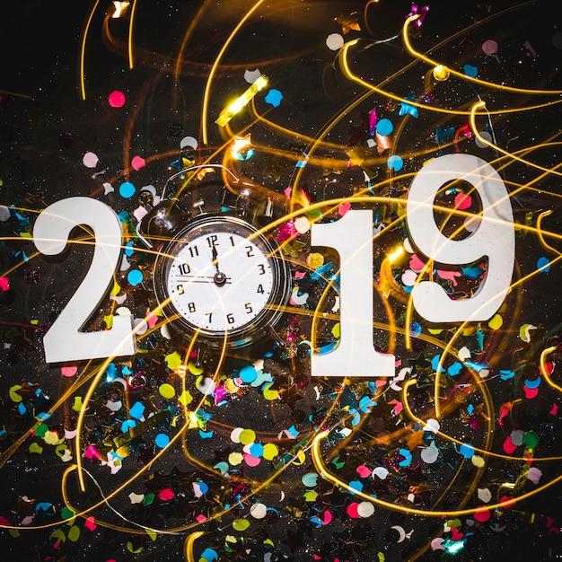 2019 chiffres avec réveil indiquant minuit Photo gratuit