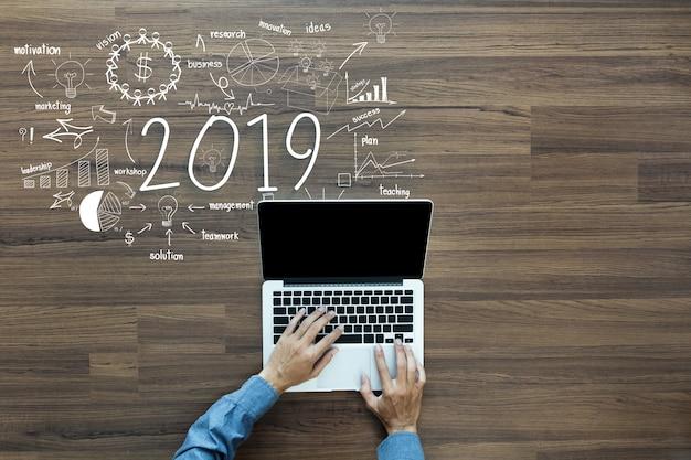2019 succès commercial du nouvel an avec l'homme d'affaires travaillant sur ordinateur portable Photo Premium