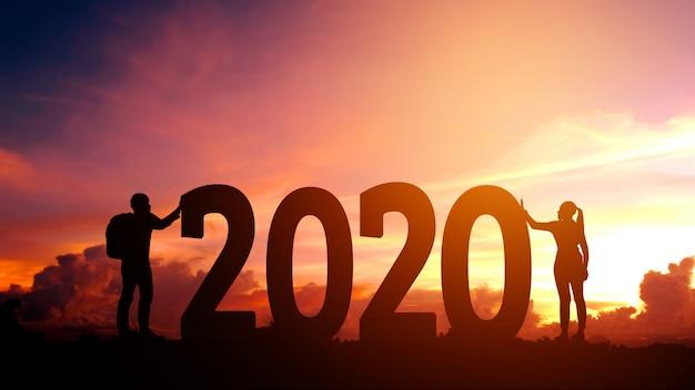 2020 newyear couple tente de pousser le nombre de 2020 bonne année Photo Premium