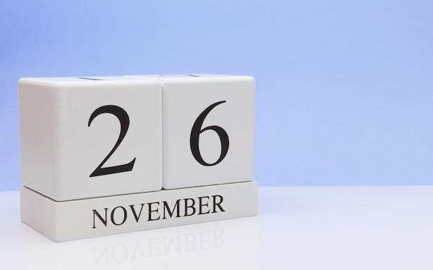 26 novembre. jour 26 du mois, calendrier quotidien sur tableau blanc avec reflet Photo Premium