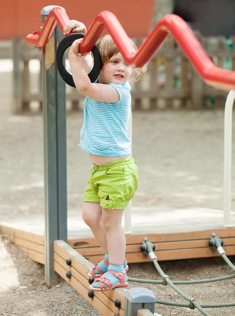 3 ans fille à la cour de récréation Photo gratuit
