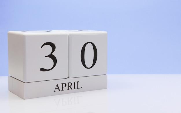 30 avril jour 30 du mois, calendrier quotidien sur tableau blanc avec reflet Photo Premium