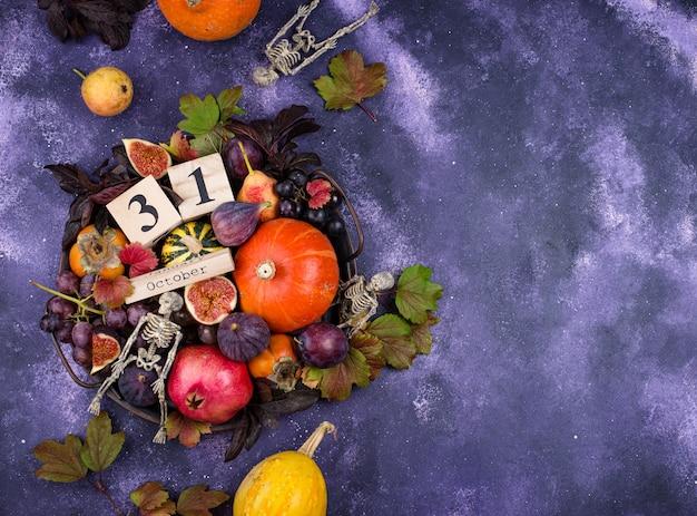 31 Octobre. Composition D'halloween Avec Fruits D'automne De Saison. Photo Premium