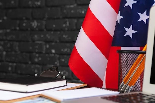 4 juillet, fête de l'indépendance américaine, drapeaux, décorations, dans, bureau, à, ordinateur Photo Premium