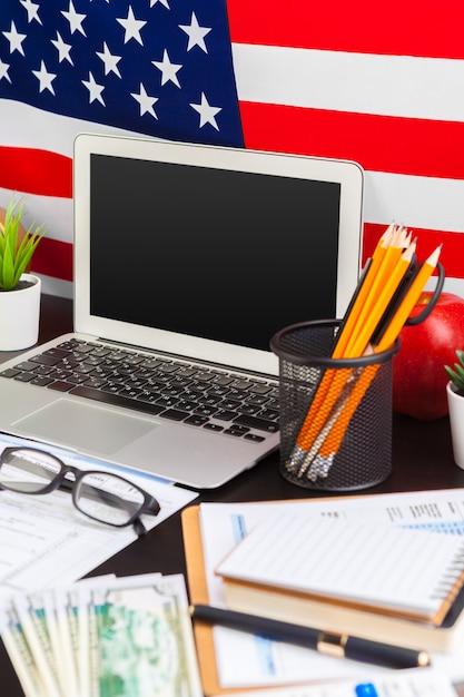 4 juillet fête de l'indépendance américaine usa drapeaux décorations dans le bureau avec ordinateur Photo Premium