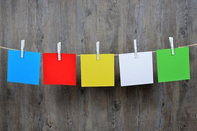 5 poteaux de couleur suspendus Photo Premium
