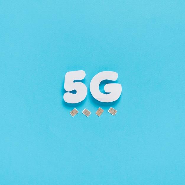 5g épelé sur un fond uni avec des cartes sim Photo gratuit