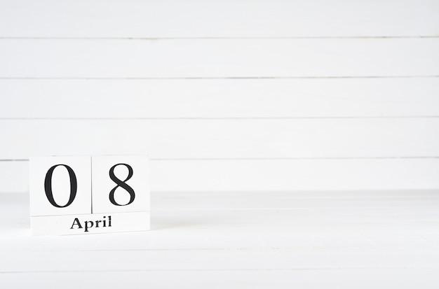 8 avril, jour 8 du mois, anniversaire, anniversaire, calendrier de bloc en bois sur un fond en bois blanc avec espace de copie du texte. Photo Premium